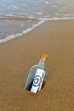 Botella en la playa, @, email Fotos de archivo libres de regalías