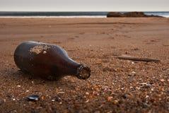 Botella en una playa Imágenes de archivo libres de regalías