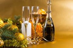 Botella festiva de Champán con los vidrios y los regalos Fotos de archivo libres de regalías