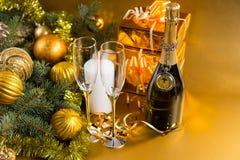 Botella festiva de Champán con los vidrios y los regalos Foto de archivo