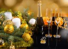 Botella festiva de Champán con los vidrios y los regalos Foto de archivo libre de regalías