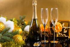 Botella festiva de Champán con los vidrios y los regalos Imagen de archivo