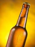 Botella fría de cerveza con humedad condensada en ella imagen de archivo libre de regalías
