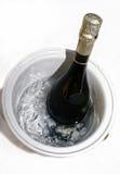 Botella fría de champán en el hielo imagen de archivo