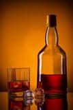 Botella, hielo y vidrio de whisky Fotos de archivo libres de regalías