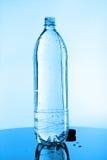 Botella llena de agua Fotos de archivo libres de regalías