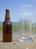 Botella llena de cerveza y de vidrio Fotos de archivo