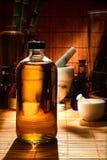 Botella médica moderna en departamento herbario tradicional Foto de archivo