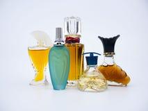 Botella miniatura de la fragancia del perfume del vintage en el fondo blanco fotos de archivo libres de regalías