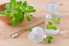 Botella natural alternativa del enjuague con xilitol de la crema dental, soda, sal, y el primer de madera del cepillo de dientes, fotografía de archivo