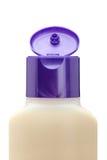 Botella plástica abierta con el jabón o el champú Fotografía de archivo libre de regalías