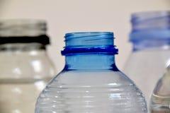 Botella plástica azul sin el casquillo encendido fotografía de archivo libre de regalías