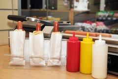 Botella plástica con las salsas para los perritos calientes Fotos de archivo libres de regalías