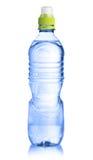 Botella plástica de agua aislada en blanco foto de archivo