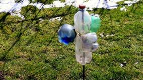 Botella plástica que gira en el polo de acero metrajes