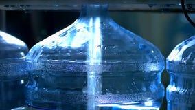 Botella que es llenada por el agua almacen de video