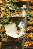 Botella rústica con las flores y las notas sobre el follaje de otoño imagenes de archivo
