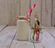 Botella retra de leche con los rollos de la oblea Imagen de archivo libre de regalías
