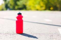 Botella roja del deporte en la manera corriente Fotos de archivo libres de regalías