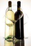 Botella roja y con el vino y el vidrio Foto de archivo