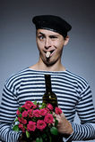 Botella romántica divertida de la apertura del hombre del marinero Fotos de archivo libres de regalías