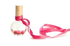 Botella rosada del balneario de la cinta aislada Foto de archivo