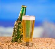Botella sin etiqueta verde helada de cerveza en Foto de archivo