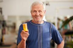 Botella sonriente de la tenencia del hombre mayor de píldoras imágenes de archivo libres de regalías