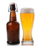 Botella superior del vidrio y de cerveza del oscilación Foto de archivo libre de regalías