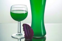 Botella transparente con el líquido verde Imagen de archivo libre de regalías