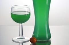 Botella transparente con el líquido verde Foto de archivo libre de regalías