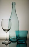 Botella vacía con una copa de vino y un vidrio de agua Imagenes de archivo