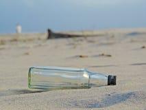 Botella vacía en la playa fotos de archivo libres de regalías