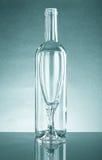 Botella vacía y un vidrio vacío de vidrio claro Con la reflexión Fotografía de archivo libre de regalías