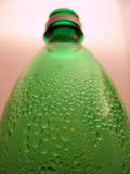Botella verde con gotas Foto de archivo libre de regalías