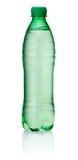 Botella verde plástica de agua en el fondo blanco Imagen de archivo