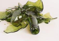 Botella verde quebrada imagenes de archivo