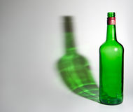 Botella verde vacía Fotos de archivo