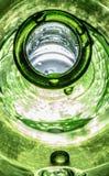 Botella verde vibrante mojada de goteo imagen de archivo libre de regalías
