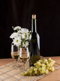 Botella, vidrio con el vino y vela Fotos de archivo libres de regalías