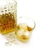Botella, vidrio e hielo de whisky Imagen de archivo libre de regalías