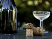 Botella, vidrio y corcho de vino en Burdeos Francia Fotografía de archivo libre de regalías