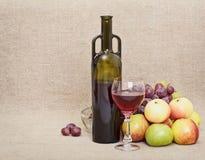 Botella, vidrio y fruta en la lona - aún-vida Fotos de archivo