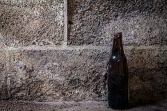 Botella vieja en fondo del cemento Foto de archivo libre de regalías