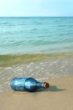 Botella vieja en la orilla fotografía de archivo libre de regalías