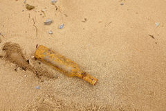 Botella vieja en la orilla Foto de archivo libre de regalías