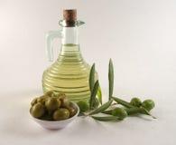 Botella y aceitunas Fotos de archivo libres de regalías