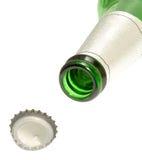 Botella y casquillo verdes de cerveza Imagenes de archivo