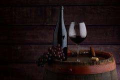 Botella y copa de vino de vino rojo fotos de archivo libres de regalías