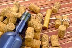 Botella y corcho de vino con un sacacorchos Imagenes de archivo